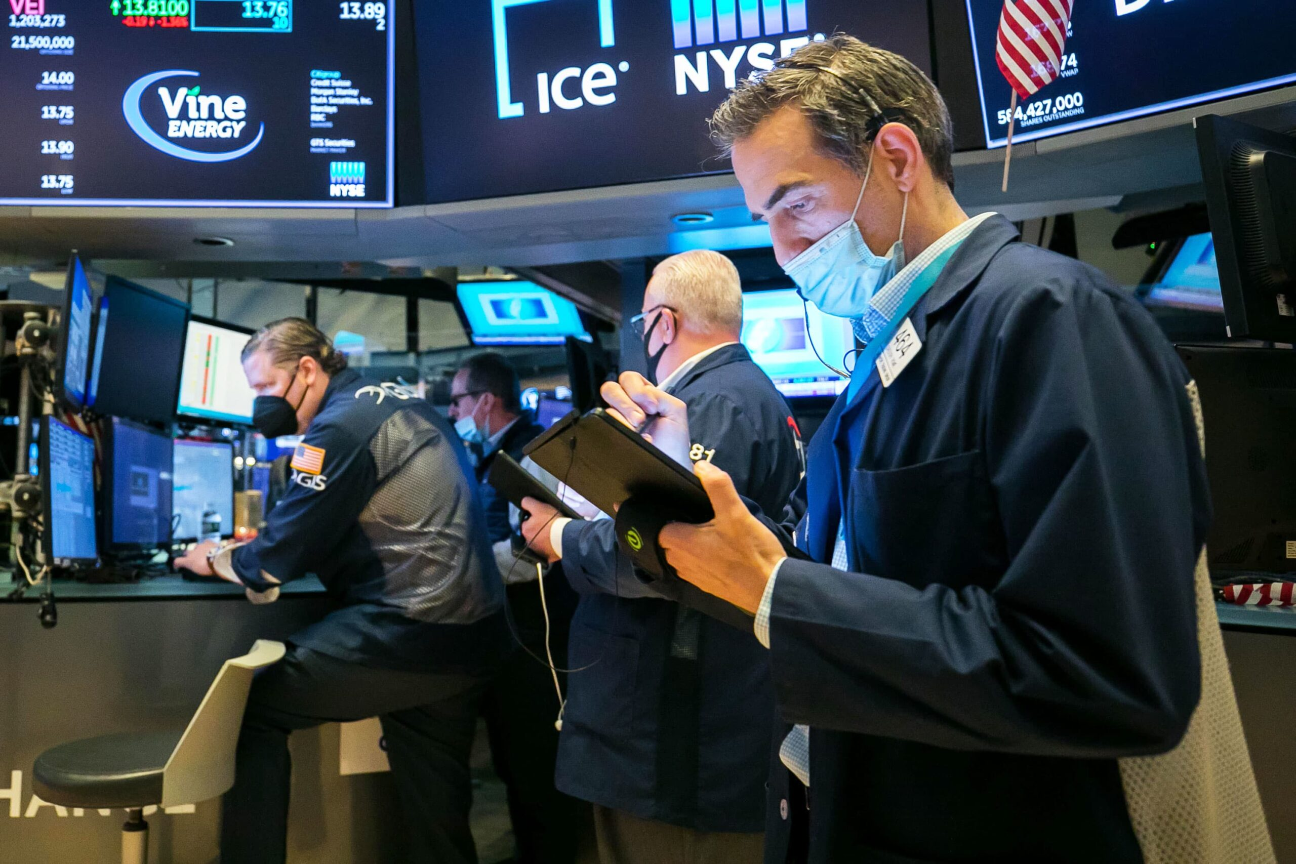 Dow closes more than 200 points lower as banks sell off, breaks a two-week win streak