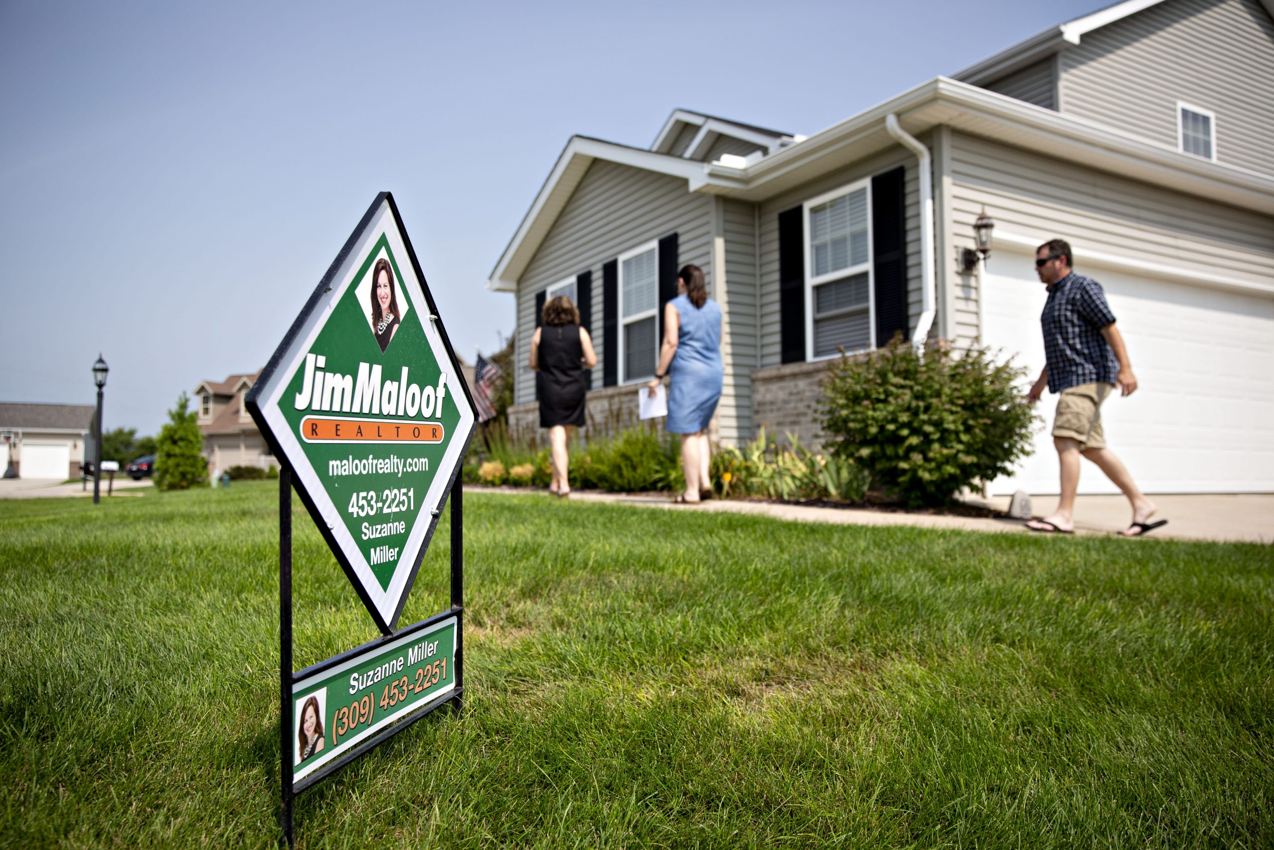 Volatile interest rates cause mortgage demand to drop
