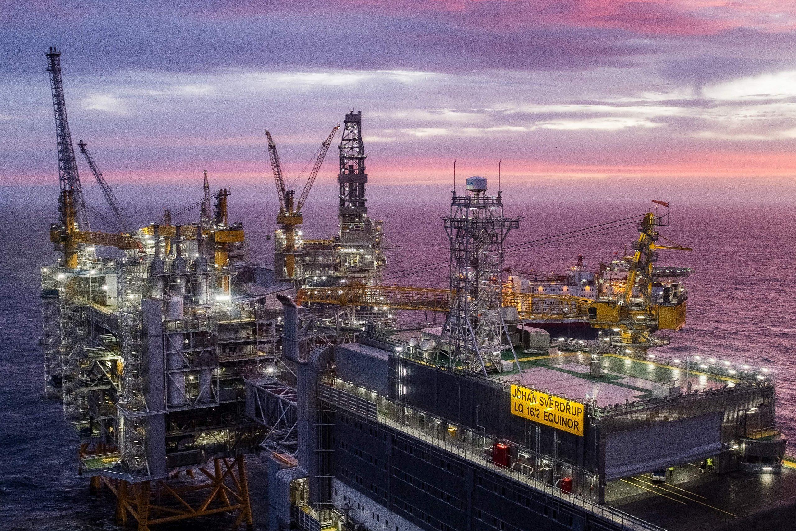 Oil climbs 4% despite rise in U.S. inventories