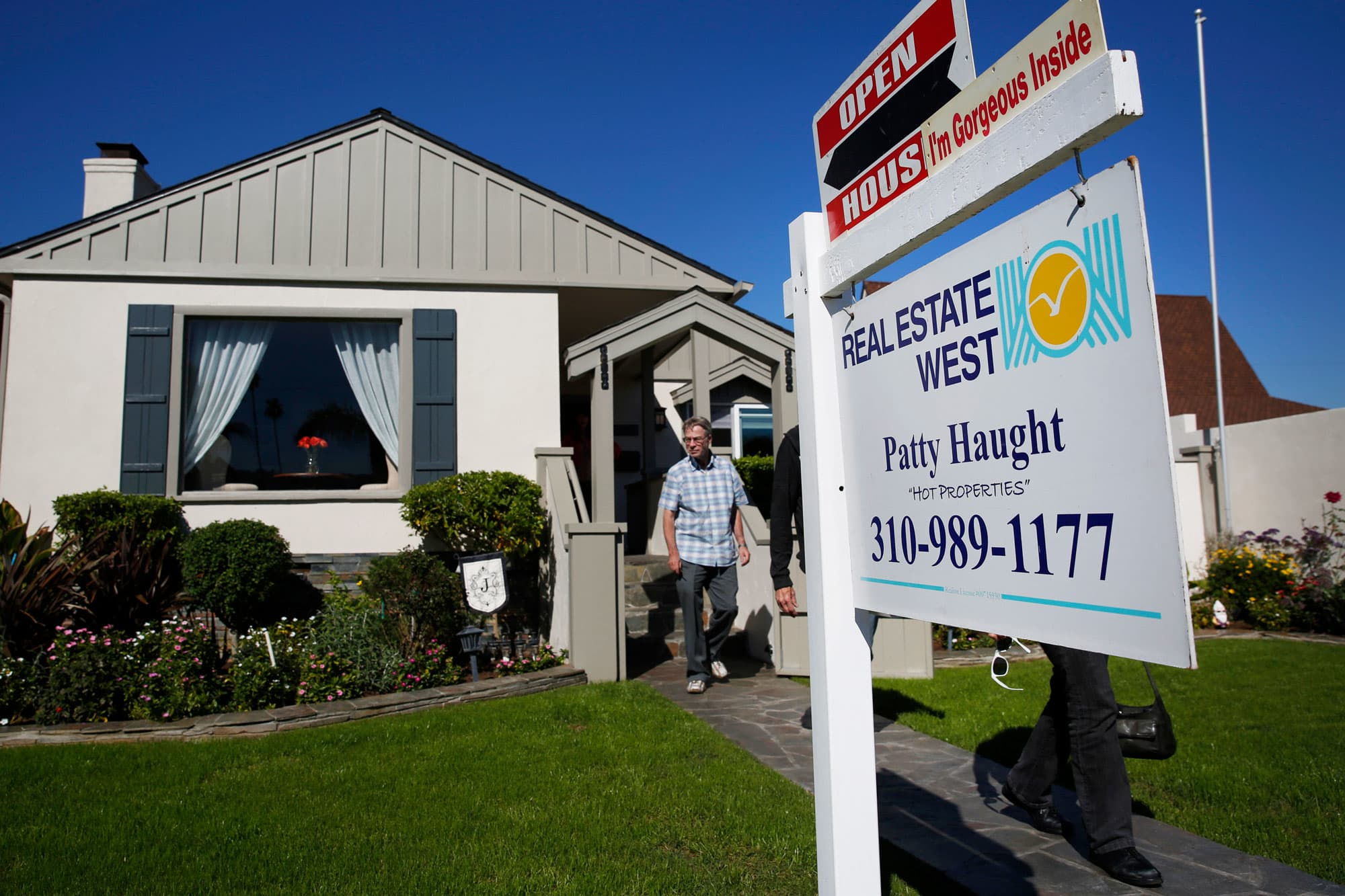 Mortgage demand from homebuyers jumps to highest level since April, after new listings rise all summer